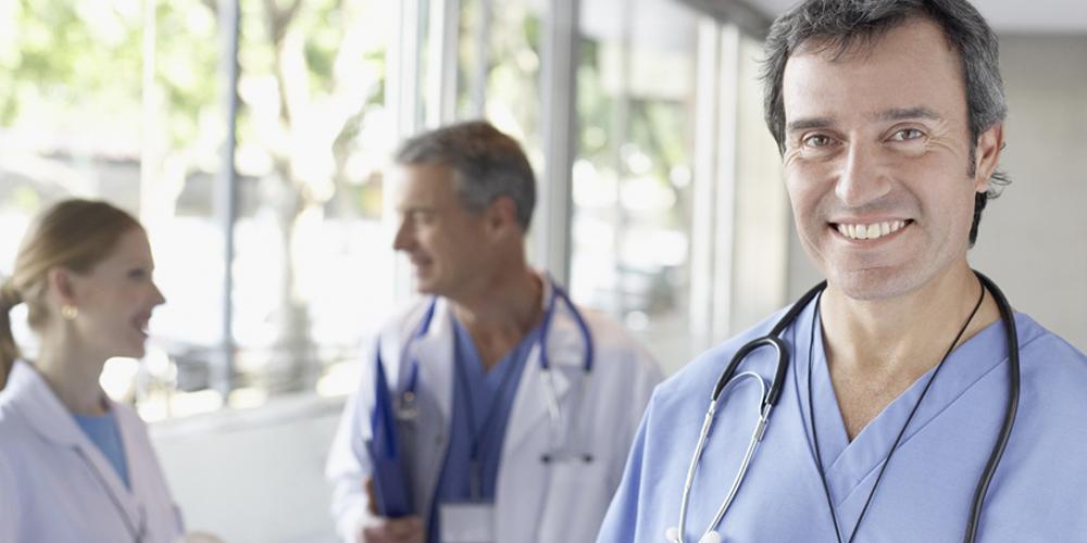 medizinisches personal, krankenpfleger, altenpfleger bei der arbeit