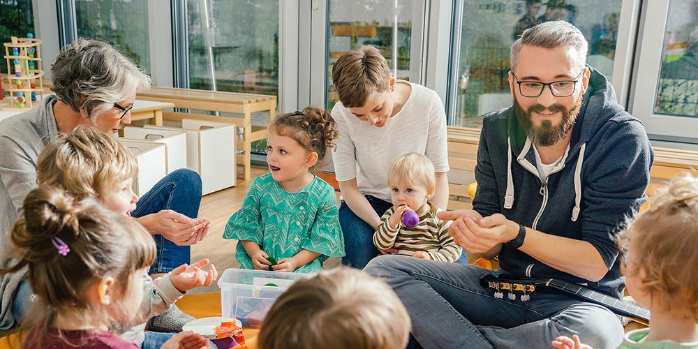 pädagogok personal, kinderpfleger bei der arbeit